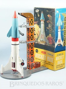1. Brinquedos antigos - Sem identificação - Conjunto de Foguete com 56,00 cm de altura e Torre de Lançamento de lata Distribuído exclusivamente pela Sears americana Década de 1960
