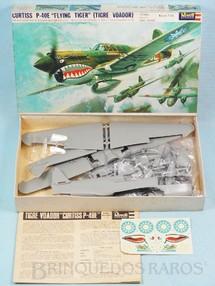 """1. Brinquedos antigos - Revell - Avião Curtiss P-40E """"Flying Tiger"""" Caixa dura Fabricação final da Década de 1960"""