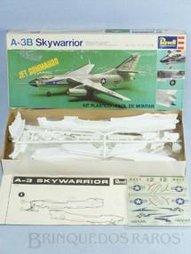 1. Brinquedos antigos - Revell - Avião Douglas A-3B Skywarrior caixa mole Década de 1970