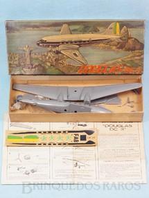 1. Brinquedos antigos - Atma - Avião McDonnell Douglas DC-3 da FAB caixa com paisagem do Rio de Janeiro Kit parcialmente montado Década de 1960