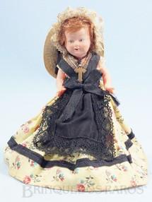 1. Brinquedos antigos - Sem identificação - Boneca com 13,00 cm de altura Olhos pintados Cabelo Natural e Roupa de tecido Década de 1930