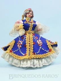 1. Brinquedos antigos - Sem identificação - Boneca com 17,00 cm de altura Traje típico da Grécia Cabeça de tecido e corpo de plástico rígido Olhos pintados Década de 1960