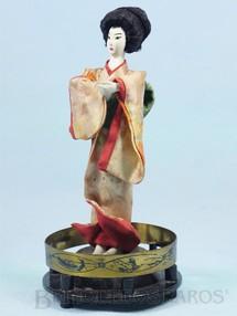 1. Brinquedos antigos - Sem identificação - Boneca com 19,00 cm de altura Traje típico japonês Cabeça mãos e pés de plástico rígido Olhos pintados Década de 1950