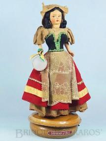 1. Brinquedos antigos - Sem identificação - Boneca com 32,00 cm de altura Traje típico italiano Rosto de massa e corpo de plástico Olhos pintados Caixa de Música Suíça Melodia Fontana di Trevi Década de 1960