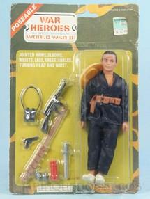 Brinquedos Antigos - Sem identificação - Boneco Chinese Guerilla Fighter Com 18,00 cm de altura Completo com 12 itens Roupa de tecido Blister lacrado Década de 1980