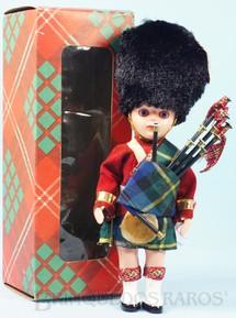 Brinquedos Antigos - Sem identificação - Boneco com 19,00 cm de altura Traje típico Inglês Grenadier Guards Officer Cabeça e corpo de plástico rígido Olhos de dormir Década de 1960