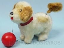 1. Brinquedos antigos - Sem identificação - Cachorro com bola 15,00 cm de comprimento Brinca com a bola e abana o rabo Década de 1970