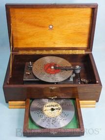 1. Brinquedos antigos - Estrela - Caixa de música com Discos perfurados intercambiáveis com diversas melodias Base medindo 21,00 x 17,00 cm Logotipo Estrella Mecanismo Thorens Suísso Ano 1945