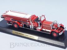 1. Brinquedos antigos - Matchbox - Caminhão de Bombeiros 1930 Ahrens-Fox Quad Engine Yesteryear com 25,00 cm Escadas Destacáveis Acompanha Base de Madeira