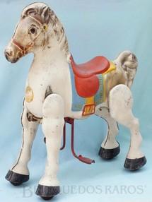 1. Brinquedos antigos - David Sebel Co Ltd - Cavalo Mobo Bronco com 76,00 cm de altura Anda ao ser pressionado o estribo que aciona o movimento das pernas Ano 1955