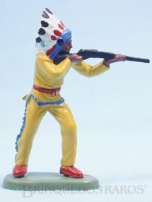 1. Brinquedos antigos - Britains - Chefe índio de pé atirando com rifle Década de 1970