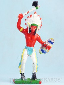 1. Brinquedos antigos - Educa - Chefe Índio de pé com machado e escudo 12,50 cm de altura Década de 1970