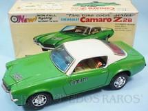 1. Brinquedos antigos - Taiyo - Chevrolet Camaro Z28 verde e branco Sistema Não Cai da Mesa 26,00 cm de comprimento Década de 1970
