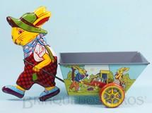 1. Brinquedos antigos - Metalma - Coelho puxando Carriola com 29,00 cm de altura Década de 1960