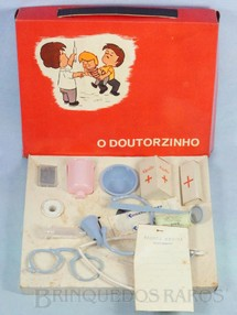 1. Brinquedos antigos - Mueller e Cia - Conjunto de Médico O Doutorzinho com Estetoscópio Termômetro Injeção e outros 10 itens Década de 1960