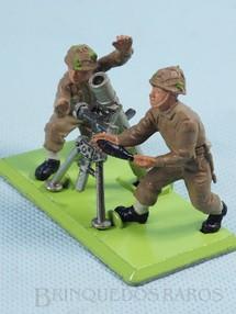 Brinquedos Antigos - Britains - Conjunto de Morteiro e dois Soldados ingleses Série Deetail com Base de metal Década de 1960