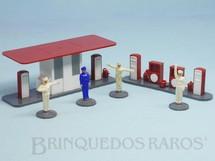 1. Brinquedos antigos - Wiking - Conjunto de Posto de Gasolina com Janelas Sólidas e 4 Frentistas Década de 1950