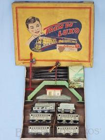 1. Brinquedos antigos - Metalma - Conjunto Trem de Luxo com Locomotiva Quatro Carros de Passageiros Estação Túnel Passarela e Sinal de Linha Década de 1950