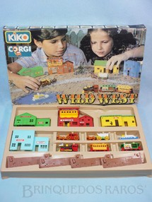 1. Brinquedos antigos - Corgi Toys-Kiko - Conjunto Wild West Set com Locomotiva dois Vagões Barco Diligência Carroção e Cenário Brazilian Corgi Jr Kiko Década de 1980