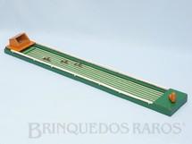 1. Brinquedos antigos - Sem identificação - Corrida de cavalos com 123,00 cm de comprimento para cavalos de chumbo Fabricado no Rio de Janeiro Para seis cavalos Acompanha 3 cavalos Década de 1960