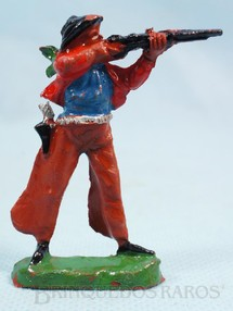 1. Brinquedos antigos - Casablanca e Gulliver - Cowboy de pé atirando com rifle de plástico marrom pintado Década de 1960