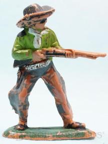 1. Brinquedos antigos - Casablanca e Gulliver - Cowboy de pé atirando com rifle Gulliver numerado 44 Década de 1970