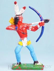 Brinquedos Antigos - Educa - �ndio de p� atirando com Arco e flecha 11,00 cm de altura D�cada de 1970