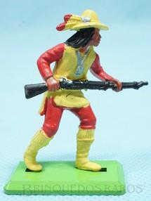 1. Brinquedos antigos - Britains - Índio de pé avançando com rifle Série Deetail Década de 1970