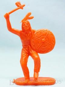 1. Brinquedos antigos - Casablanca e Gulliver - Índio de pé com machado e escudo de plástico laranja Década de 1980