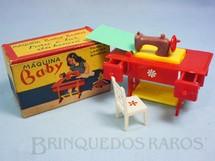 1. Brinquedos antigos - Balila - Máquina Baby para o Lar da Boneca Máquina de Costura com Cadeira 9,00 cm de comprimento Coleção Carlos Augusto Década de 1960