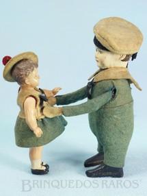 Brinquedos Antigos - Schuco - Marinheiro com Menina 9,00 cm de altura Dança e levanta a criança Roupa de Feltro com o corpo de lata Menina de Celuloide Década de 1930