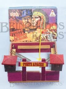 1. Brinquedos antigos - Casablanca e Gulliver - Conjunto Mini Forte Apache medindo 36,00 x 33,00 cm de base Completo sem figuras Década de 1980