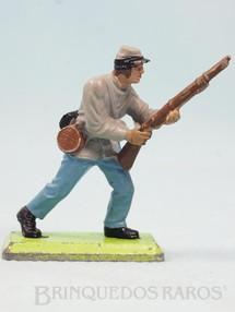 1. Brinquedos antigos - Britains - Soldado Confederado Guerra de Secessão avançando com fuzil Série Deetail Década de 1970