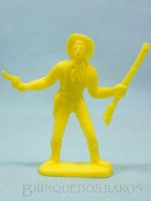 1. Brinquedos antigos - Casablanca e Gulliver - Soldado da Sétima Cavalaria de pé com rifle e revolver Plástico amarelo Década de 1980