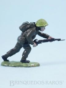 Brinquedos Antigos - Britains - Soldado inglês avançando com fuzil Figura Matriz de soldado do Brinde Toddy Década de 1960