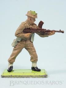 1. Brinquedos antigos - Britains - Soldado Inglês de pé com metralhadora Série Deetail Década de 1970