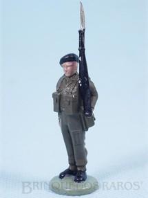 Brinquedos Antigos - Britains - Soldado inglês montando guarda com fuzil Década de 1960