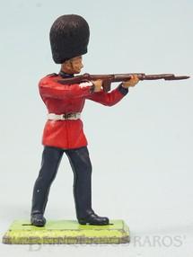 1. Brinquedos antigos - Britains - Soldado Scots Guard de pé atirando com Fuzil Série Deetail Década de 1970