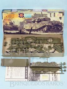 1. Brinquedos antigos - Aurora - Tanque de Guerra British Centurion Tank caixa assinada Arte de John Steel Ano 1963