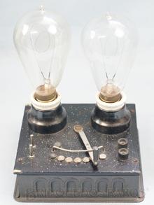 Brinquedo antigo Marklin Variador de Velocidade 220 Volts com duas Lâmpadas com filamento de carvão Ano 1919 Altura 21,00 cm