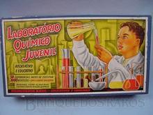 Brinquedos antigos -  - Rótulo da Caixa Laboratório Quimico Juvenil fabricado pela Kiehl Brasil Década de 1950 Trabalho assinado pelo artista Kraus