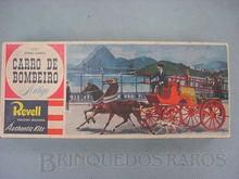 Brinquedos antigos -  - Caixa do Kit Carro de Bombeiro Antigo fabricado pela Revell Brasil em 1967 No fundo paisagem do Rio de Janeiro do inicio do século XX