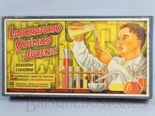 Brinquedos antigos -  - Caixa do Conjunto Laboratório Químico Juvenil fabricada na década de 1960 pela Guaporé Brasil Trabalho assinado pelo artista Kraus