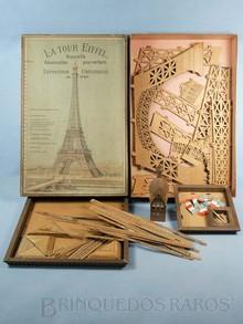 Brinquedos antigos -  - Conjunto de montar uma Torre Eiffel com 120,00 cm de altura La Tour Eiffel. Fabricado em papelão resinado com parte superior em madeira trabalhada Esse conjunto pertenceu ao ator Paul Newman Collection Item Ano 1889