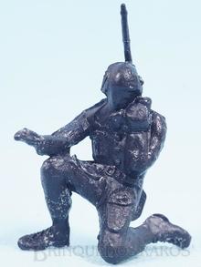 Brinquedo antigo Cópia de Segunda Linha do Soldado ajoelhado falando no Rádio