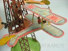 Brinquedos antigos -  - Torre com Avião biplano 7,00 cm de envergadura com a Bandeira da Marinha Imperial Japonesa Fabricado pela Toyodo Japão em lata Movimento por motor a corda Final da década de 1920