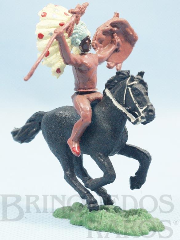 Brinquedo antigo Índio montado a cavalo com lança e escudo Ano 1965