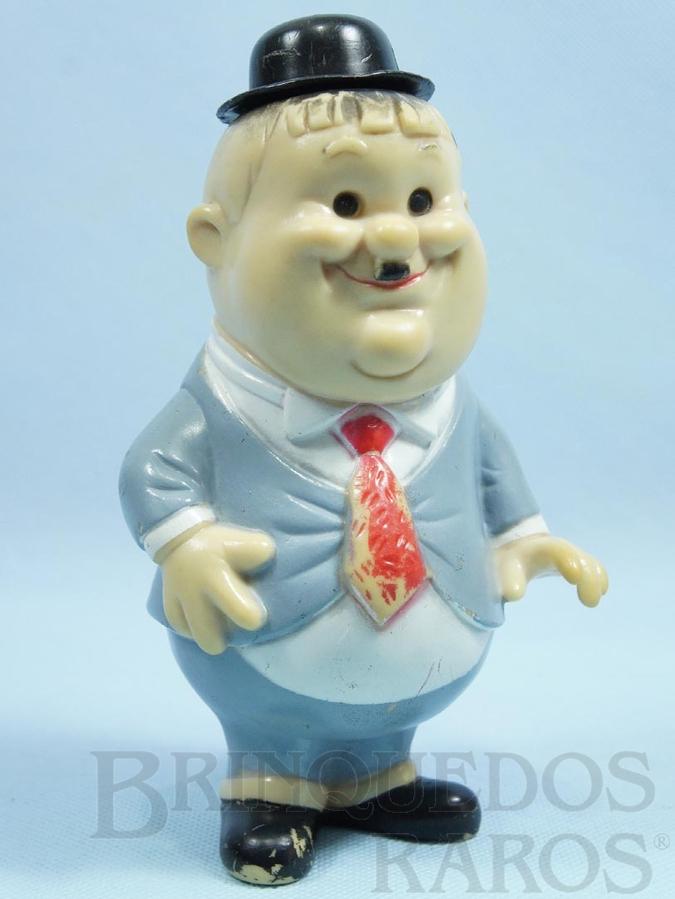 Brinquedo antigo Boneco de Oliver Hardy da dupla O Gordo e o Magro 18,00 cm de altura com Apito levanta o chapéu ao apertar Década de 1970