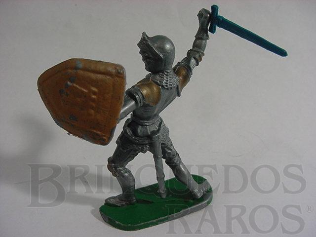 Brinquedo antigo Soldado medieval com armadura escudo e espada