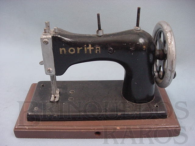 Brinquedo antigo Máquina de costura com 14,00 cm de altura Década de 1950